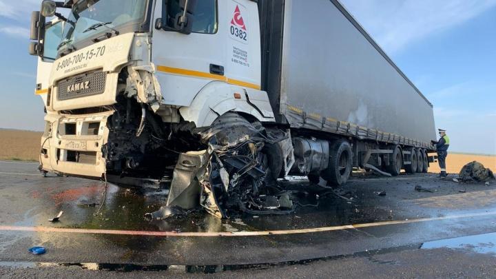 В страшной аварии с грузовиком под Екатеринбургом погиб тюменец