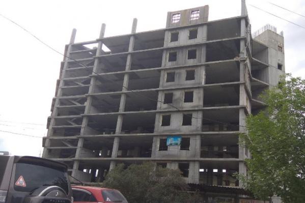 Здание пятнадцатиэтажного офисника стоит заброшенным с 2008 года