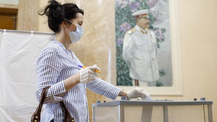 Как голосуют по поправкам к Конституции РФ в разгар ковида — исторический фоторепортаж из Волгограда
