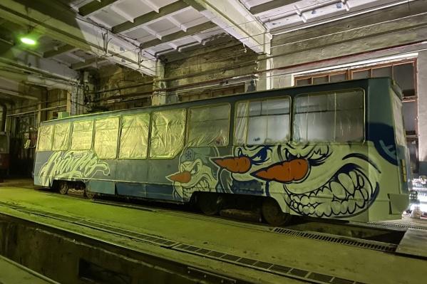 Идея украсить трамвай пришла художнику в мае