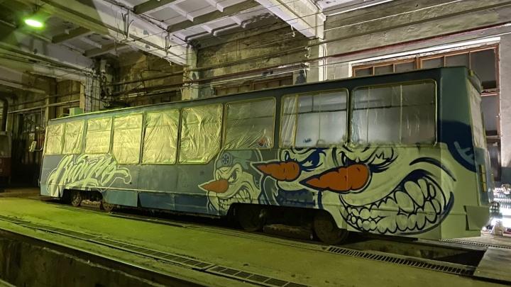 В Новосибирске на линию выйдет трамвай со злобным снеговиком хоккейного клуба «Сибирь»