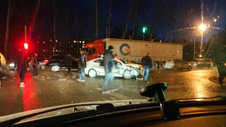 В Кировском районе столкнулись «Хёндай» и джип «Сузуки»: в аварии пострадали два человека