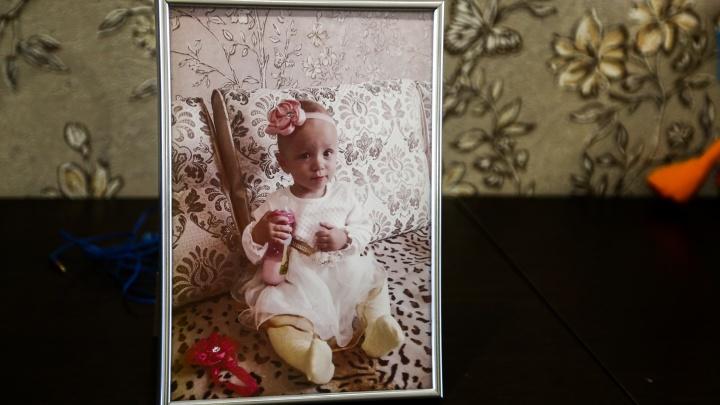 Семья 2-летней Аделины, умершей в больнице, сомневается в официальной причине смерти — вот их аргументы