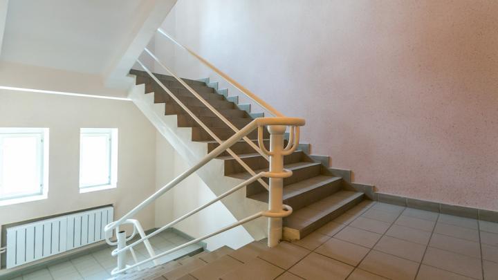 Мужчина решил выгнать из подъезда незваных гостей и скинул с лестницы оппонента
