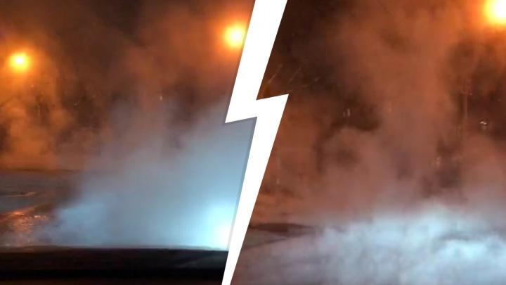 «Всё парит, ничего не видно»: горячая вода залила дороги в Пионерском
