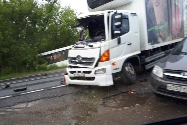 Под Дзержинском столкнулись грузовик и автобус с людьми: пять человек пострадали