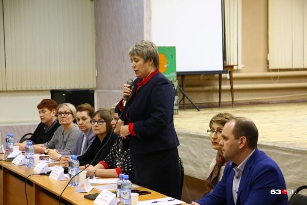 Ответ перед родителями держал президиум во главе с руководителем городского департамента образования Еленой Чернегой