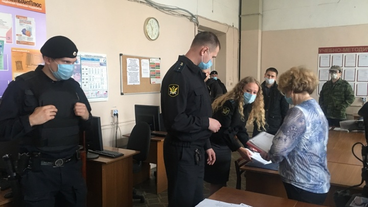 У института предпринимательства в Архангельске арестовали мебель и технику за долги по налогам