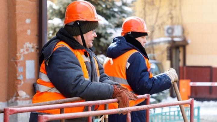 «Есть посерьезнее авария. Ожидайте»: в Волгограде три дня не могут устранить порыв водопровода