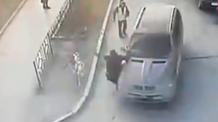 Водитель BMW, сбивший мужчину во дворе на Сортировке, остался на свободе