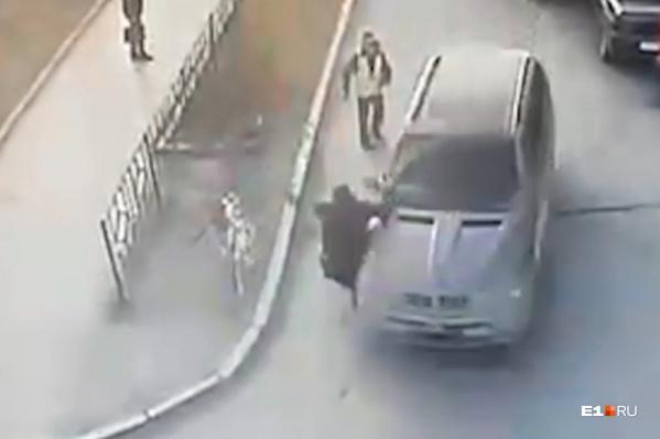 Водитель ВАЗа после наезда обратился за помощью в 23-ю больницу
