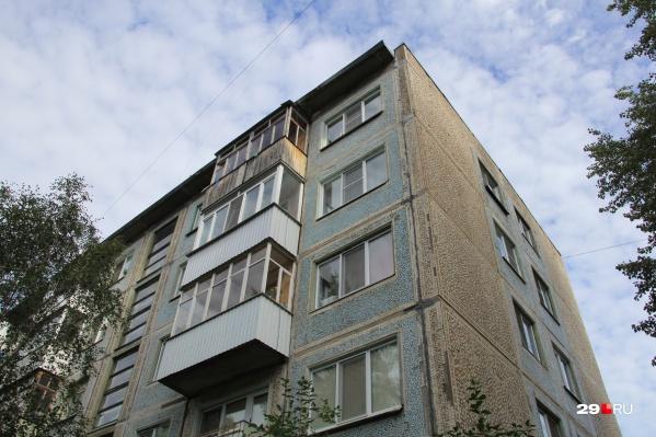 Ребенок выпал из окна пятиэтажки