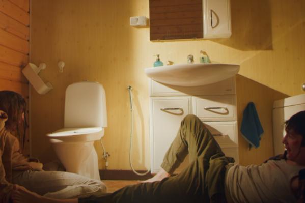 В клипе раскрывается тема домашнего насилия