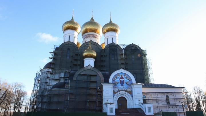 Успенский собор в Ярославле порозовел: в епархии рассказали, перестанет ли храм быть белоснежным