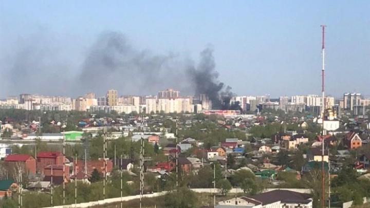 В Тюмени сгорели жилой дом и постройки на участке