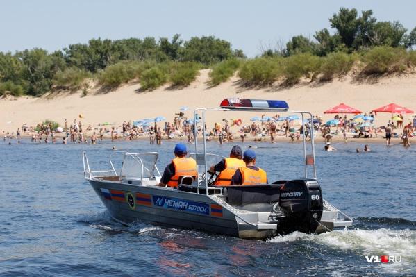 Волгоградцы самостоятельно открыли пляжный сезон