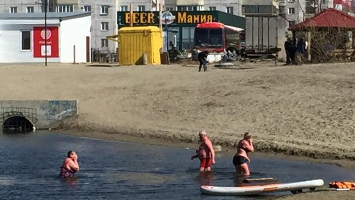 Новосибирцы в тёплый выходной устроили купание в самом опасном котловане города