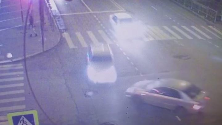 Не пропустил: появилось видео ДТП с двумя иномарками на Малышева, в котором пострадала женщина-пешеход