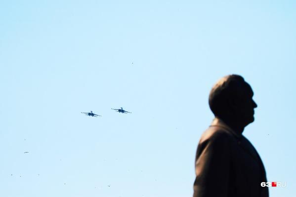 Самолеты пролетели над площадью Куйбышева