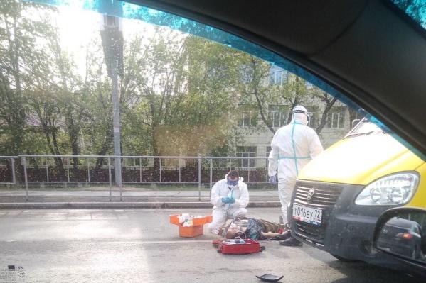 ДТП произошло около школы №69. На место приехала ближайшая бригада скорой помощи