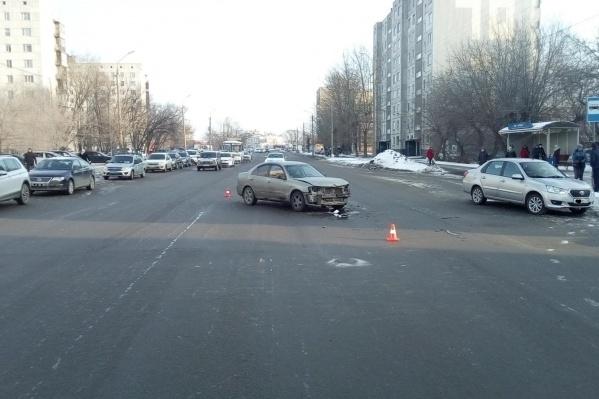 На улице Дзержинского водитель решил развернуться, не доезжая до перекрестка, и попал в ДТП