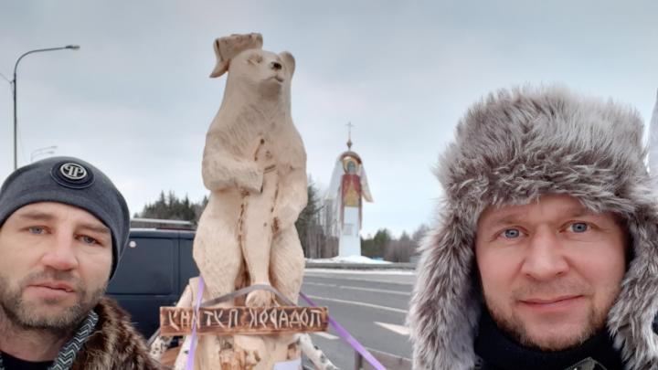 «Лайк показывают»: архангелогородец наконец-то повез Путину деревянного медведя