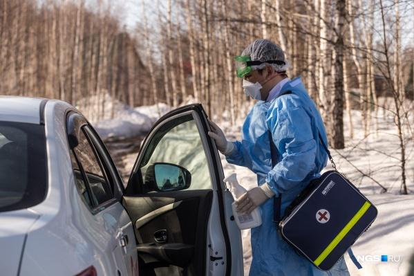 """По распоряжению губернатора региона,&nbsp;<a href=""""https://news.ngs.ru/more/69049801/"""" target=""""_blank"""" class=""""_"""">врачам предоставляют такси</a> для подобных выездов"""
