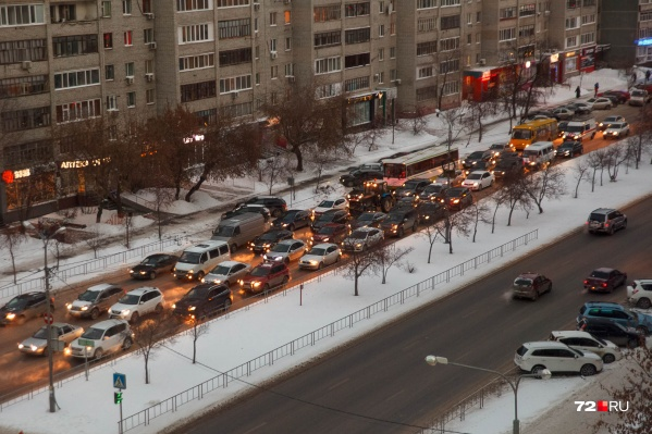 Особенно заметно, что дороги грязные, в теплую по зимним меркам погоду и сразу после снегопадов. Выглядит это примерно так (вы знаете)