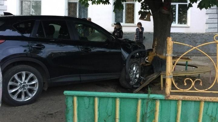 «Резко дал по газам»: в Самаре около речного вокзала «Мазда» врезалась в дерево