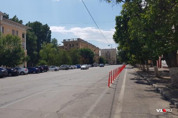Велодорожка идет вдоль тротуара улицы Мира