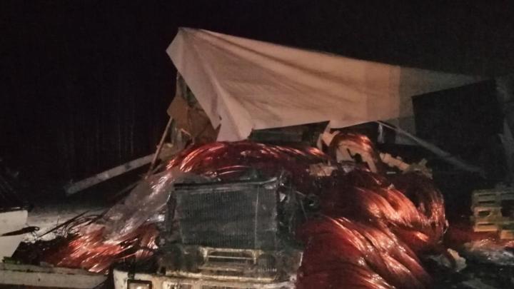 На трассе под Краснокамском столкнулись две фуры. Два человека погибли