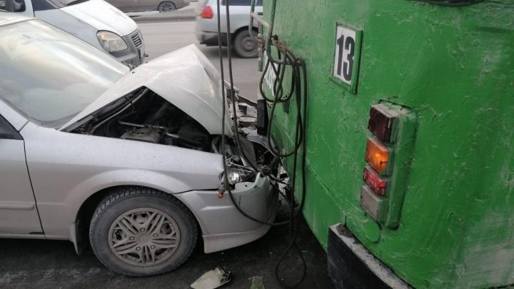 Водитель Mazda врезался в стоящий троллейбус на Большевистской — пострадал 5-летний ребенок