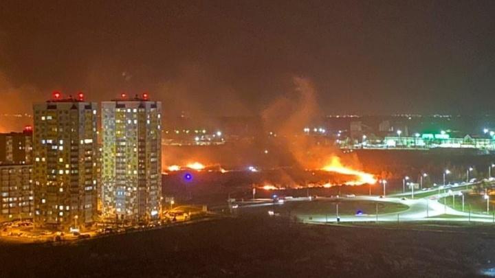 800 квадратов в огне: на Левенцовке загорелась сухая трава