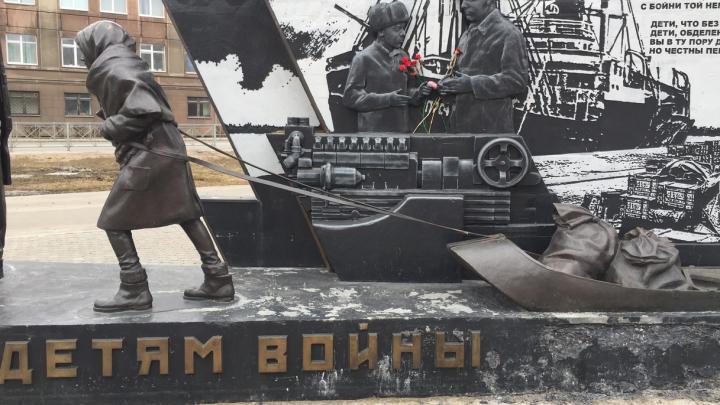 Фотофакт: в Архангельске крошится новый памятник детям войны