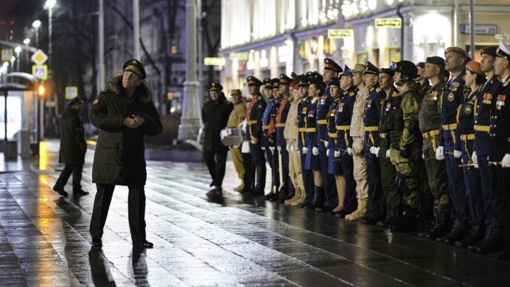 На площади 1905 года военные репетируют парад Победы: прямой эфир