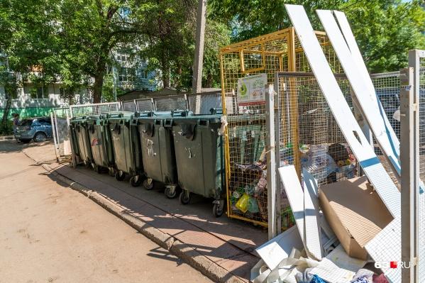Некоторые жители оставляют строительный хлам около контейнеров