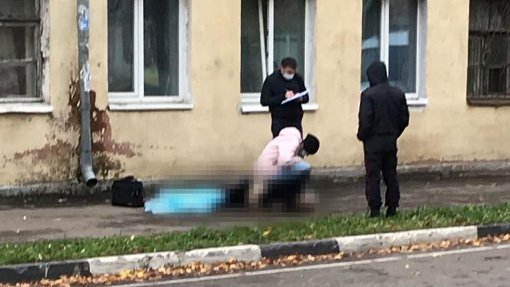 В Ярославле погиб мужчина, выпавший из окна жилого дома
