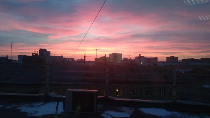 «Весна. Пора встречать рассветы»: подборка ярких кадров в чистом небе Красноярска