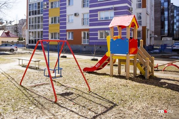 Двор с детской площадкой станет плюсом при продаже квартиры