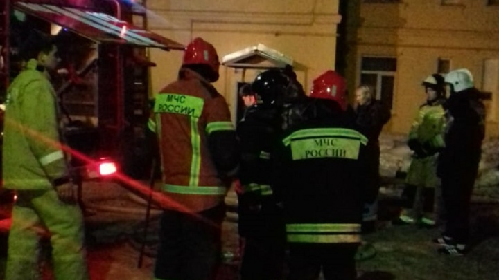 Жильцы приютили соседей-погорельцев у себя: в Сысерти в жилой двухэтажке вспыхнул пожар