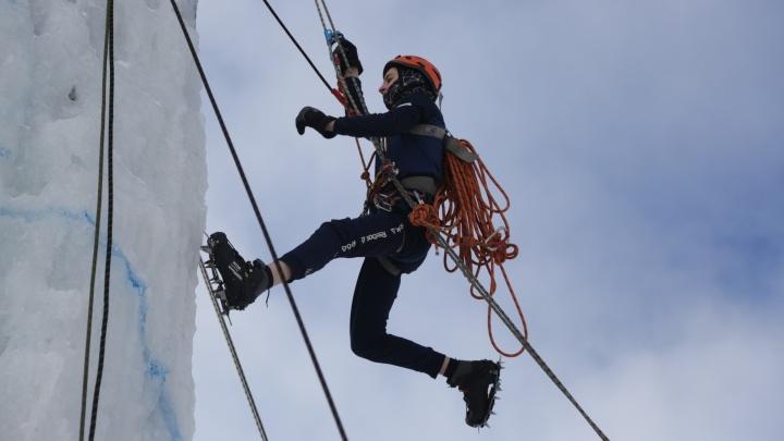 Связанные одной целью: восемь ярких снимков с соревнований альпинистов в Омске