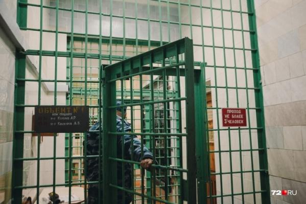 За нарушение закона тюменцев отправляют в ИВС — изолятор временного содержания. За две недели в нем оказались три тюменских активиста штаба Навального