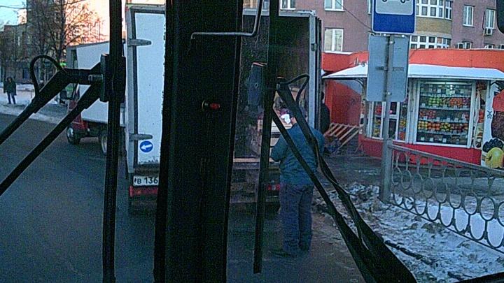 В Екатеринбурге предложили взять остановки под прицел камер, чтобы штрафовать тех, кто там паркуется