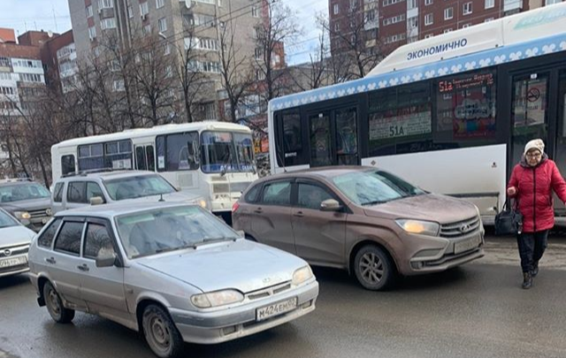 В Уфе водитель маршрутки высаживал пассажиров прямо в автомобильный поток