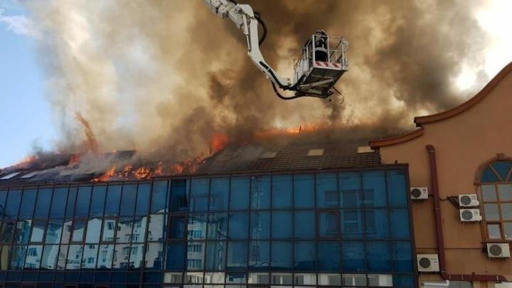 В Тюмени горел бизнес-центр: в нем находятся школа йоги, банк и компания олигарха с АНПЗ