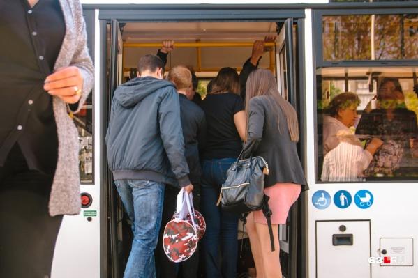 Маршрутки постепенно заменяют на большие автобусы, но мест всё равно хватает не всем