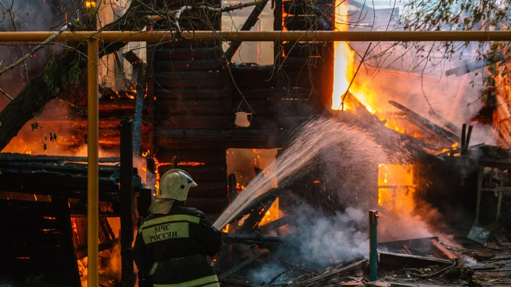 «Пламя вырывалось наружу»: появилось видео пожара в доме на Сухой Самарке