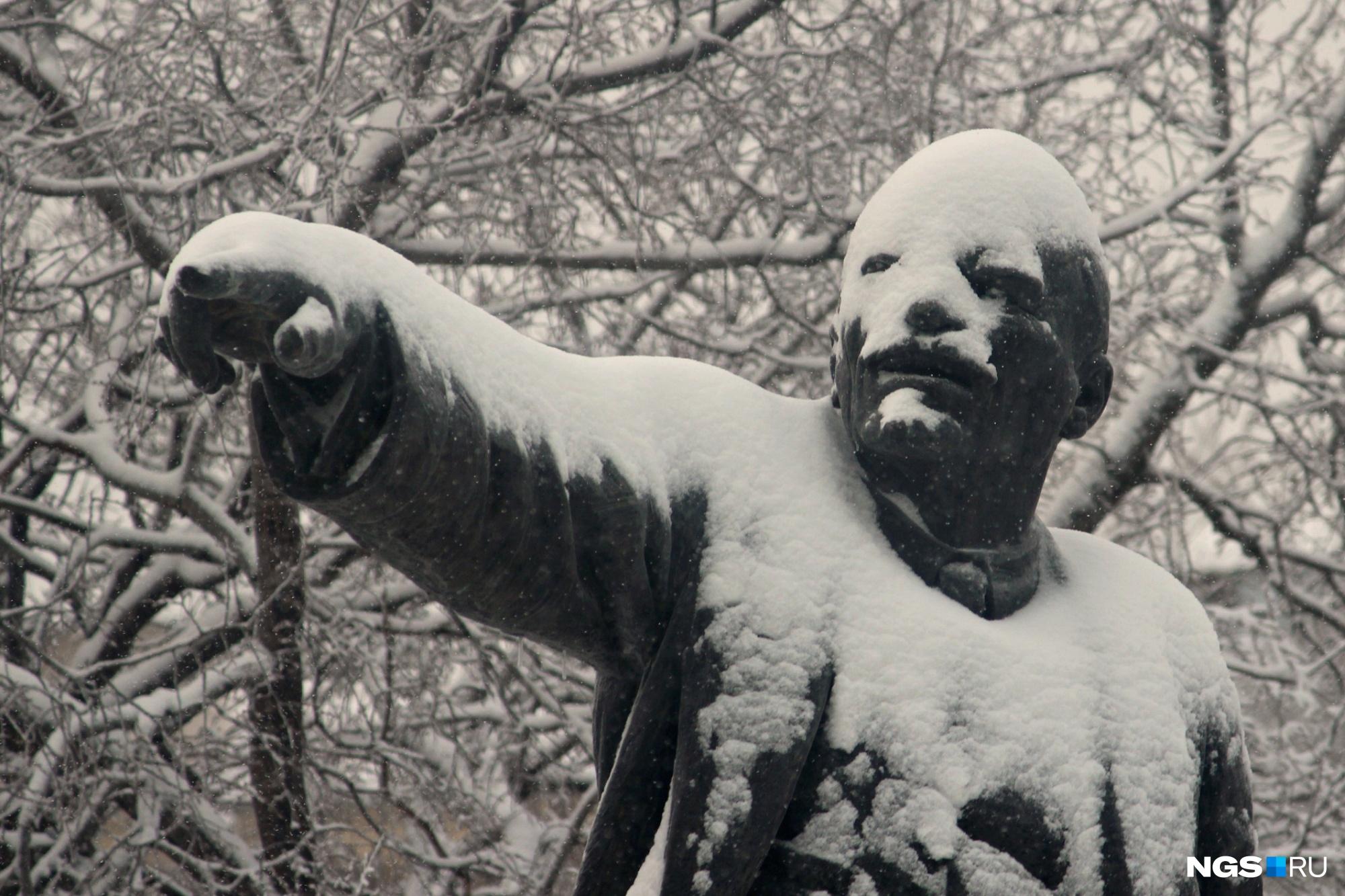 Скульптура Ленина в сквере рядом с Университетом водного транспорта