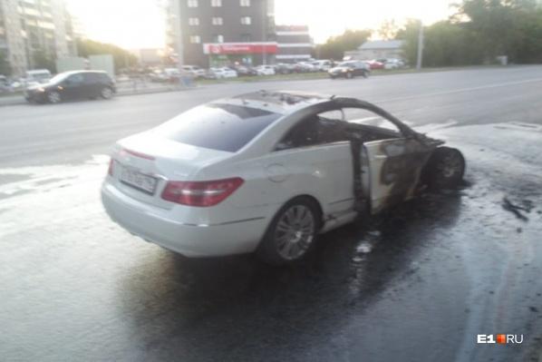 После столкновения с байкером Mercedes загорелся