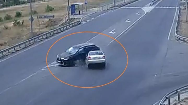 Ребенок и женщина в больнице: лихач на Lexus в Волгограде устроил жесткое ДТП с пострадавшими